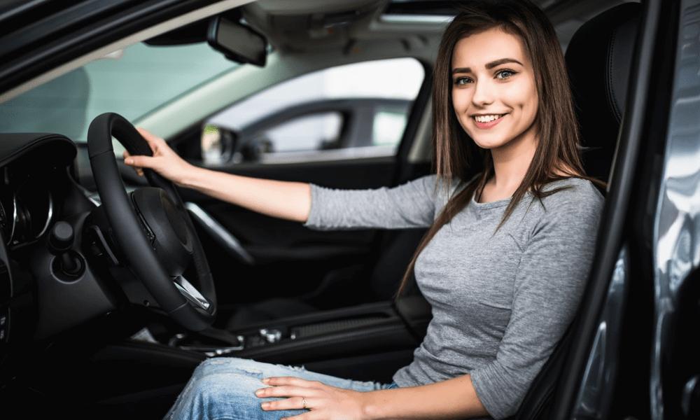 אישה נוהגת